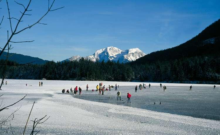 Der zugefrorene hintersee in ramsau