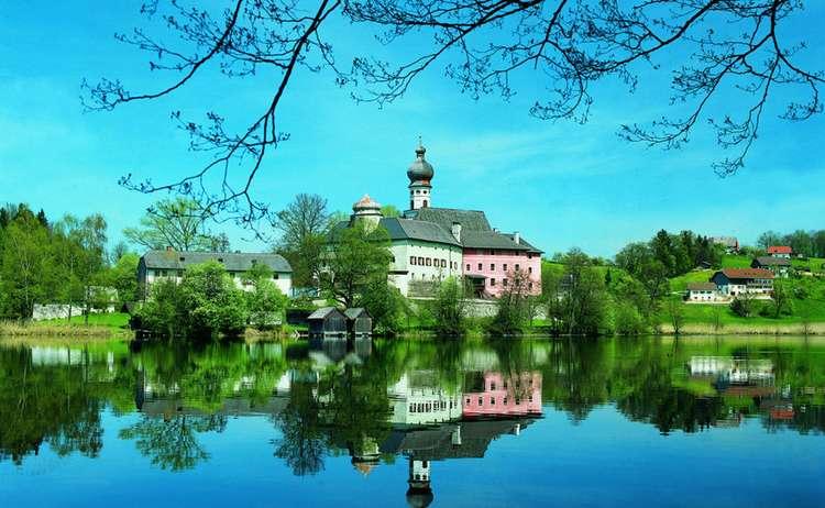 Kloster Höglwörth mit Höglwörther See in Anger