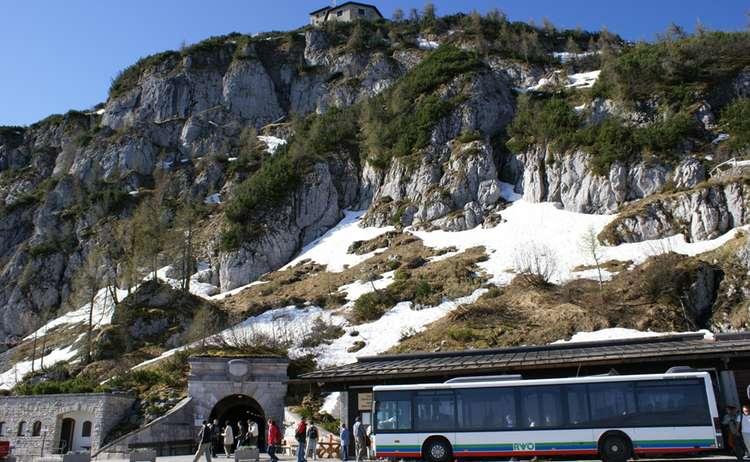 Kehlsteinbus am Eingang zum Tunnel (Bus-Wendeplatte) mit Blick auf das Haus
