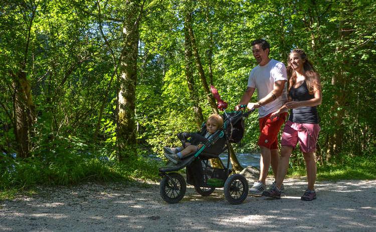 Mit Kinderwagen Auf Dem Koenigsseer Fussweg